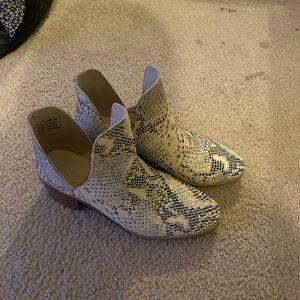 Matisse footwear- Pronto- snake skin booties
